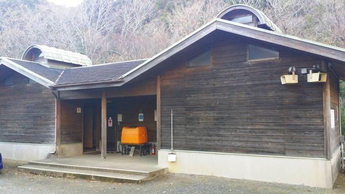 清和県民の森 キャンプ場 手前のサイトのトイレ・シャワー棟