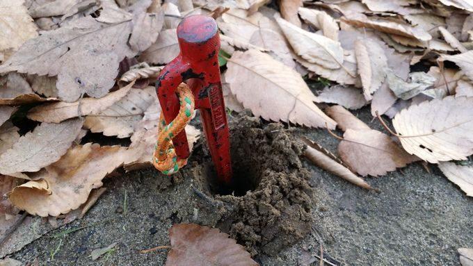 焚き火ハンガーの打ち込み前にペグを使うと良い