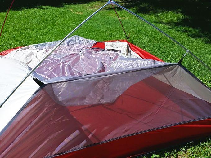 ネイチャーハイクのテントを設営 インナーテントを吊り下げ