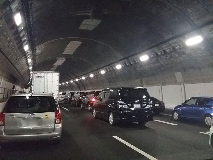 事故渋滞でトンネル内で立ち往生