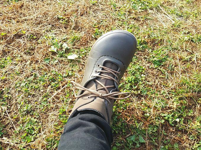 CROCS Blitzen Luxe Convertible Clogの靴紐を締め上げる