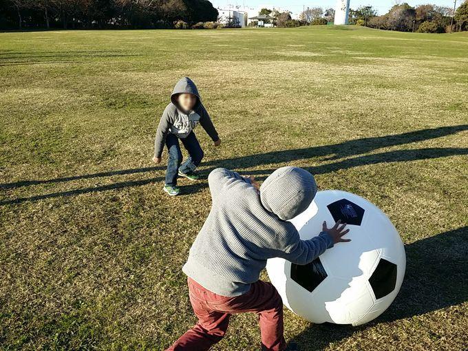 巨大ボールでサッカー