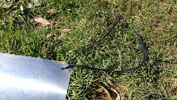 金属板(ステンレス)の四隅の穴に紐をつける
