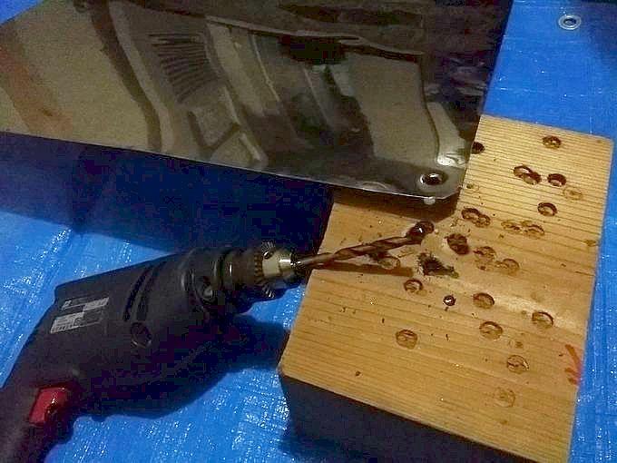 電動ドリルでステンレス板に穴を開ける
