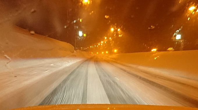 スタッドレスタイヤ・チェーンで雪道を走行
