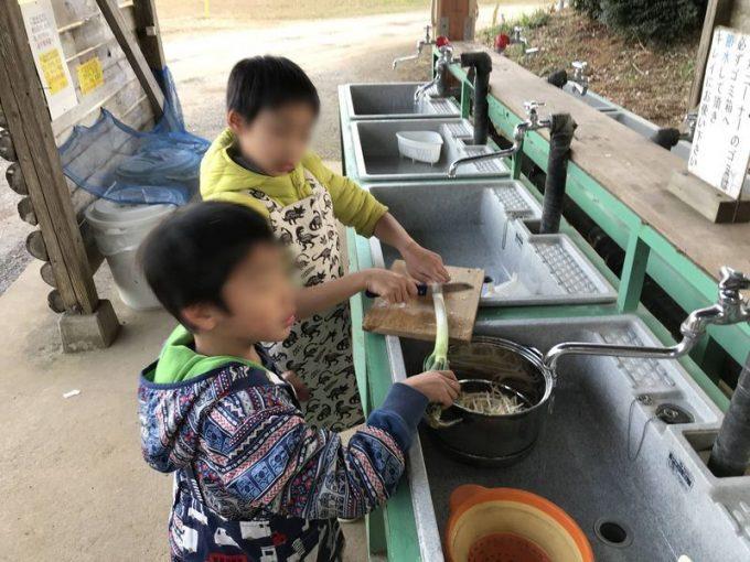 キャンプで子供たちが料理のお手伝い