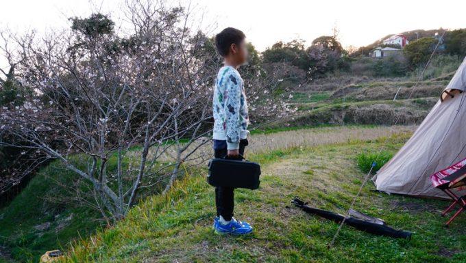 LACITA エナーボックスを小学校1年生が手に持ったサイズ感