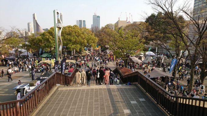 アウトドアデイジャパン東京2019の様子 歩道橋から