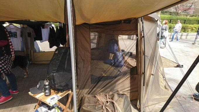 タラスブルバ「キャタピラー2ルームシェルター6P」の寝室サイドパネルをキャノピーで立ち上げる