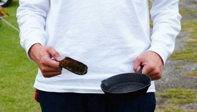 タワシで食器洗いすると服が汚れる