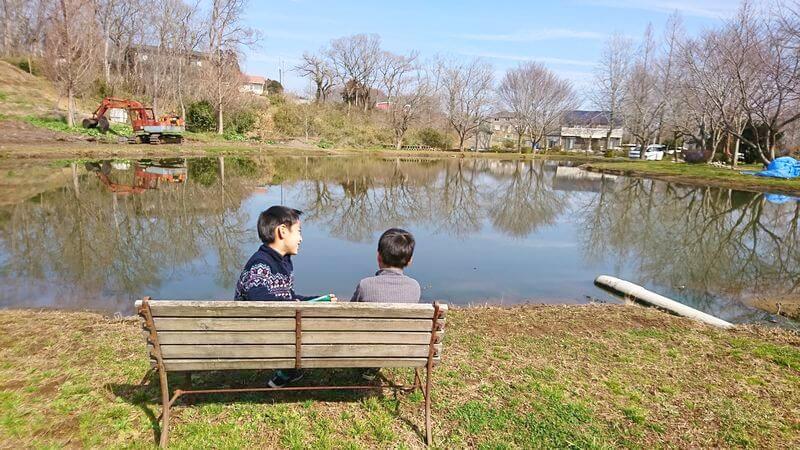 イレブンオートキャンプパークの湖畔のベンチ