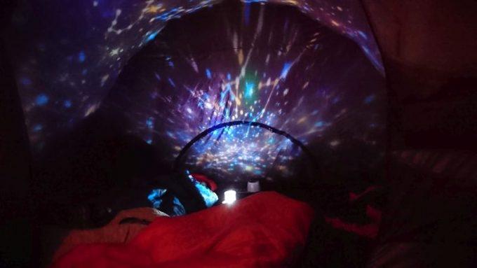 ベッドサイドランプ スタープロジェクターをインナーテント内で照らす