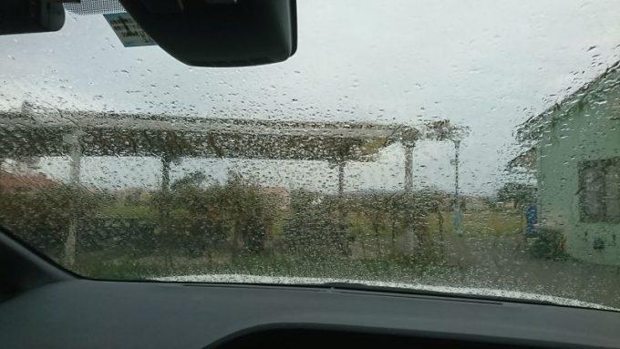 車内から雨を眺める