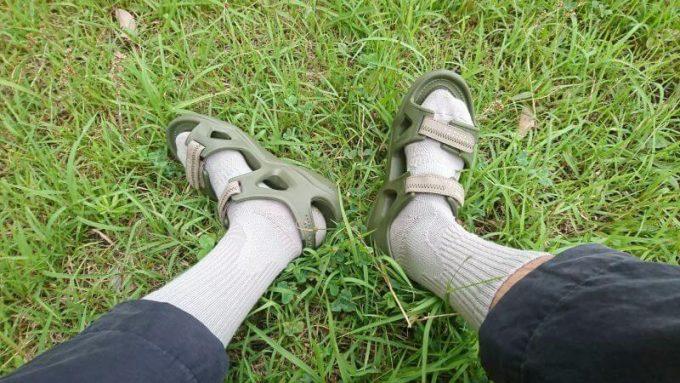 クロックスのスウィフトウォーターリバーサンダルに長めの靴下を履く