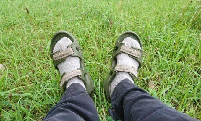 クロックスのスウィフトウォーターリバーサンダルに靴下を履く