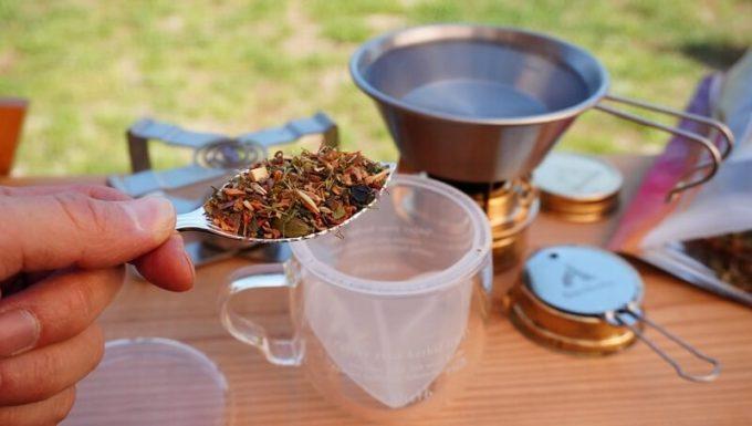 エンハーブ(enherb)のハーブティーの淹れ方1 大さじ1杯の茶葉を入れる