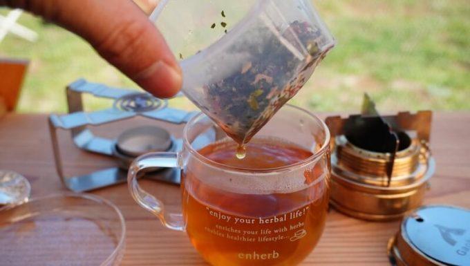 エンハーブ(enherb)のハーブティーの淹れ方 7 茶葉を取り出す