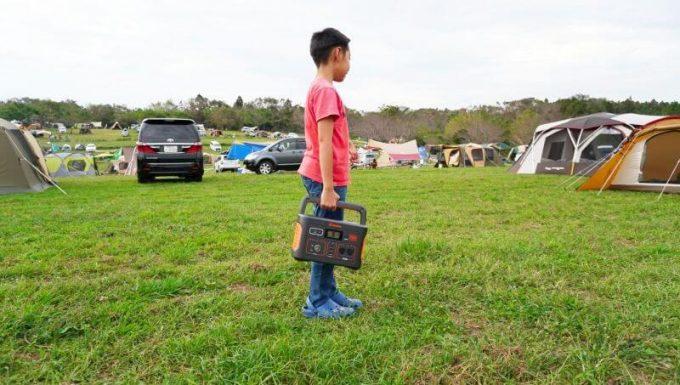 Jackeryポータブル電源700は子供でも持てるサイズ