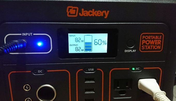 Jackeryポータブル電源700のパネル表示(パススルー可能)