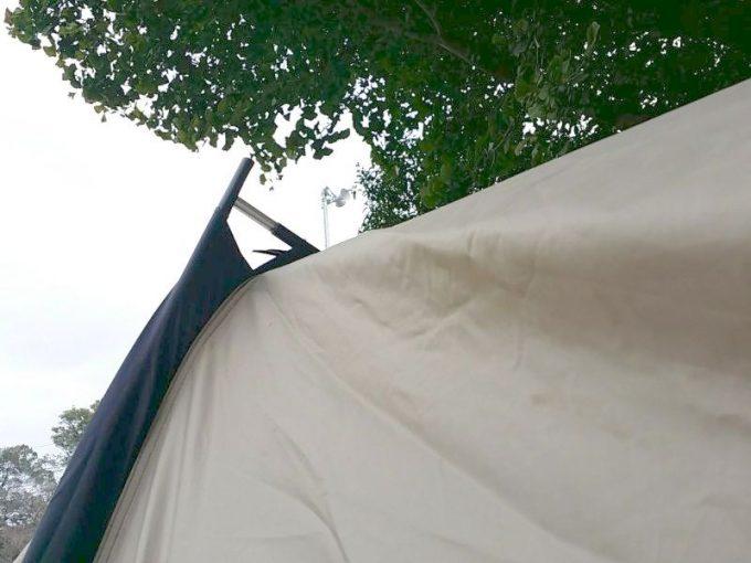 テントを突き破るポール