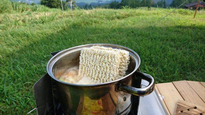 鍋にサリ麺を投入