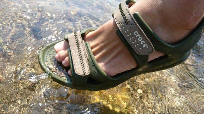 クロックス(crocs)のスウィフトウォーターリバーサンダルは砂や小石が入る