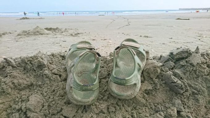 クロックス(crocs)のスウィフトウォーターリバーサンダルを海で履く