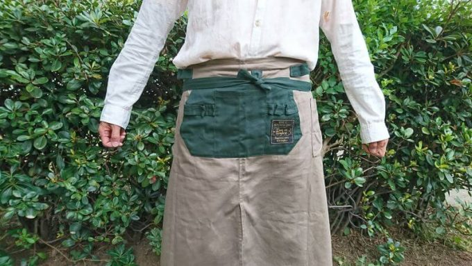 フェリシモ リブイン コンフォート× 魅惑のキャンプ ポケットいっぱい 股割れカフェエプロンを前で結ぶ