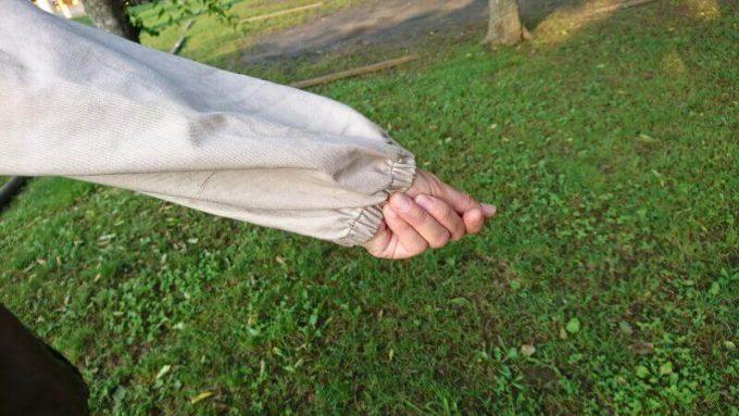 リブ イン コンフォート×魅惑のキャンプ 綿素材にこだわった配色パーカーは袖がゴムで腕まくりしやすい