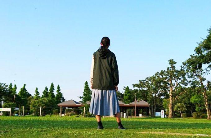 フェリシモ 綿パーカー女性着用 後ろ姿