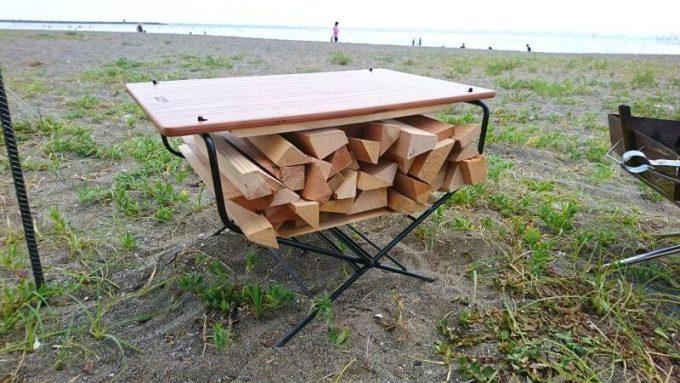 ハングアウトのファイヤーサイドテーブルに薪を収納して使う