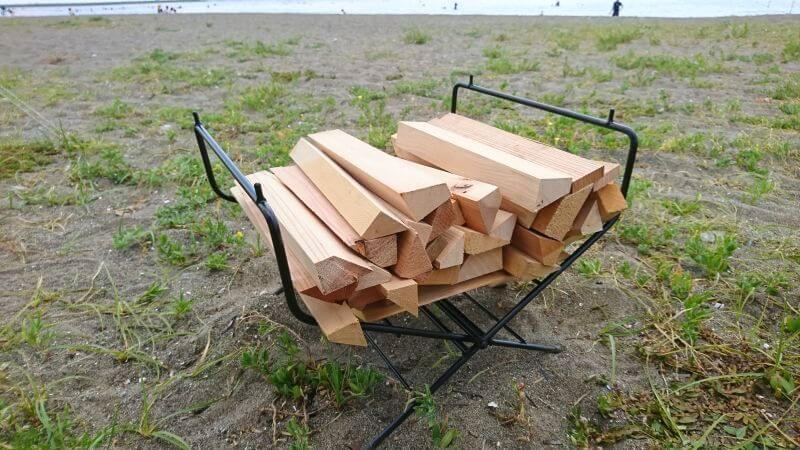 ハングアウトのファイヤーサイドテーブルに薪を収納