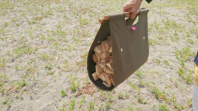 ハングアウトのログキャリーで薪を運ぶ