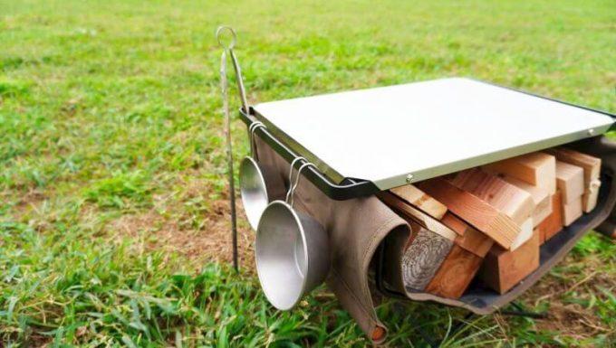 ハングアウト ファイヤーサイドテーブルのステンレストップは両端がハンガーになっていて小物が下げられる