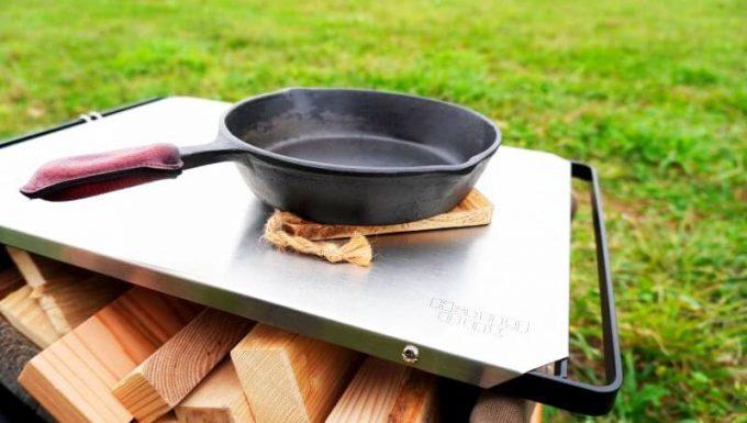 ハングアウト ファイヤーサイドテーブルのステンレストップは熱いスキレットを置ける