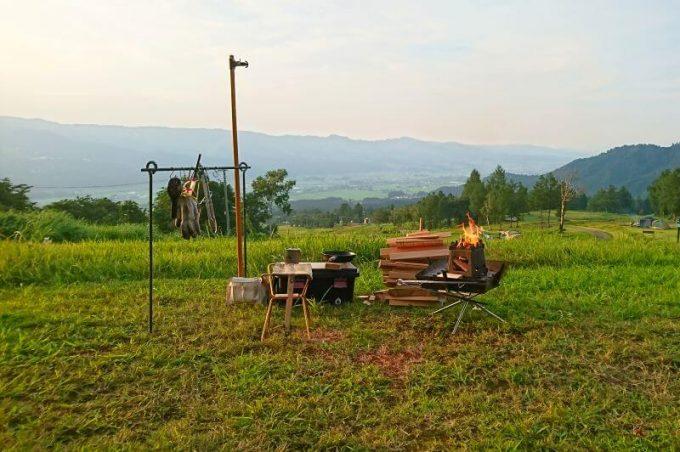 自作の薪スタンドで焚火