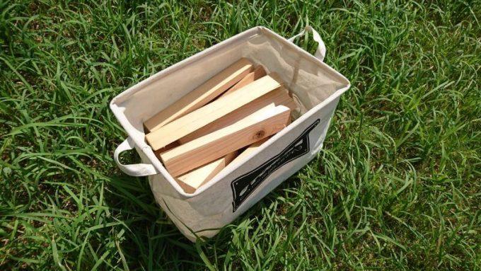 ダイソーのストレージボックスに薪を入れる