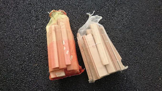玉ねぎ袋に薪を入れる