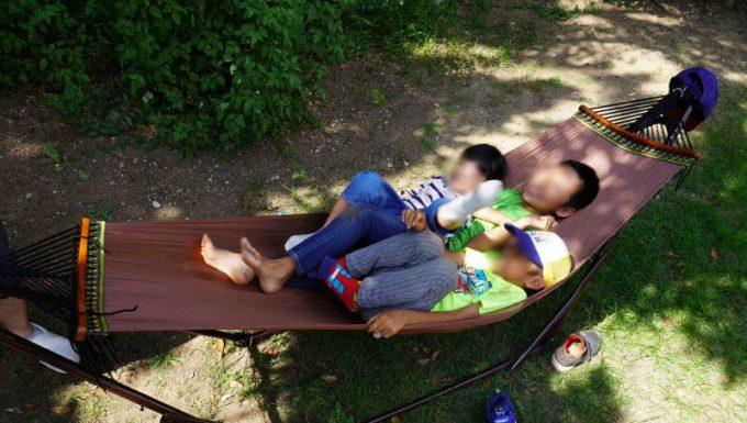 ゆらふわモックのハンモックは子供3人が乗れる