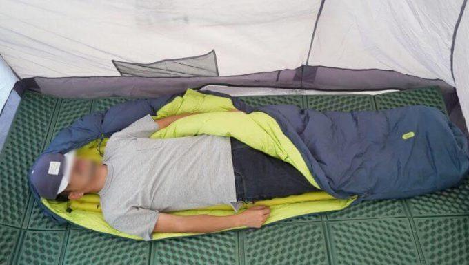クライミット イナーシャ Xフレームを寝袋の中に入れて寝る