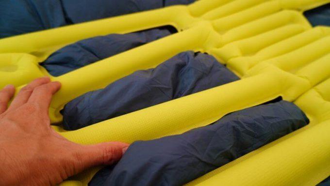 クライミット イナーシャ Xフレームのロフトポケットに羽毛を引っ張り出す(3シーズン羽毛寝袋)