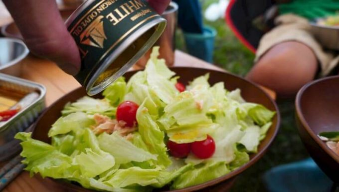 モンマルシェのツナ缶のオイルはサラダにかけて食べる