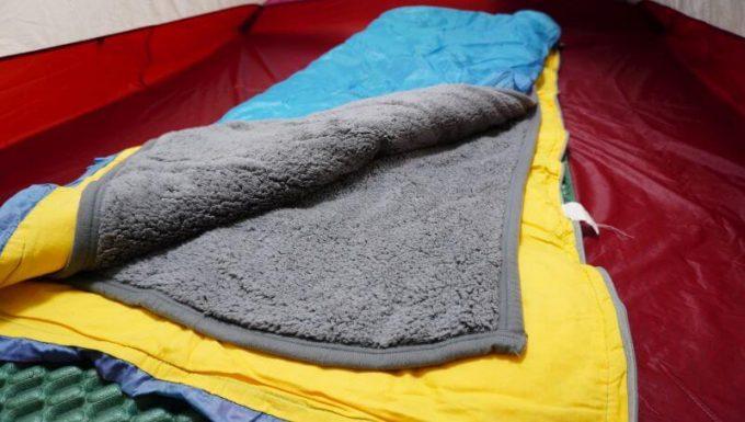 寝袋の中に毛布を入れて使う