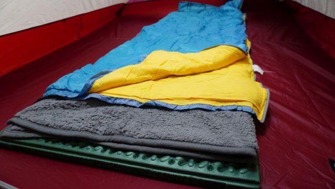 寝袋の下に毛布を敷いて使う