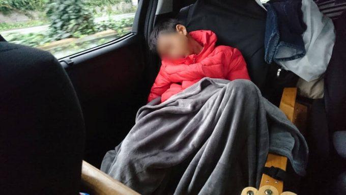子供が車内で寝た時にサッと掛けられるEMME マイクロファイバー毛布