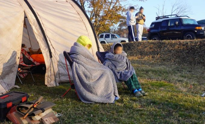 日の出鑑賞の時にイスに座って使えるEMME マイクロファイバー毛布 (前からのアングル)