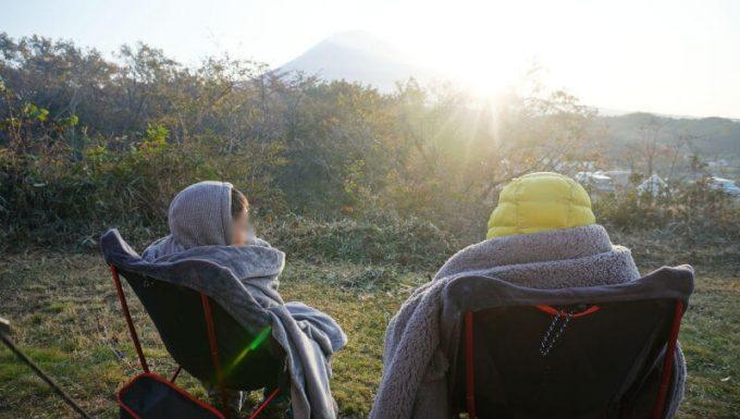 日の出鑑賞の時にイスに座って使えるEMME マイクロファイバー毛布 (後ろからのアングル)