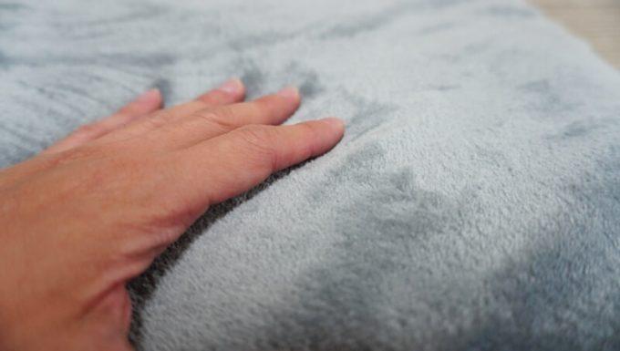 EMMEマイクロファイバー&シープボア2枚合わせ毛布のマイクロファイバー側の触り心地