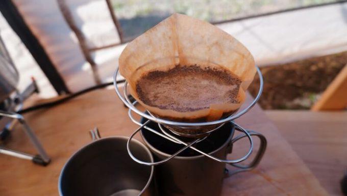 100均(セリア)の折りたたみコーヒードリッパーを使ってキャンプ場でコーヒーを淹れる