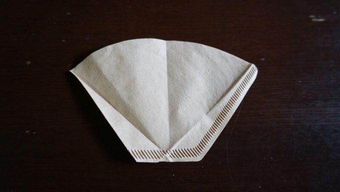 100均(セリア)の折りたたみコーヒードリッパー用に扇形フィルターを折る パターン1